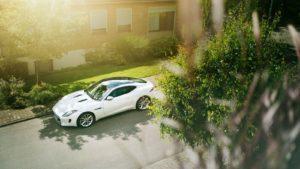 Jaguar f-type biały w słoneczny dzień