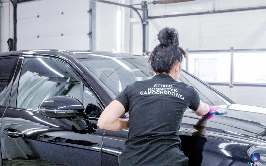 Nakładanie powłoki ceramicznej w studiu car detailingu